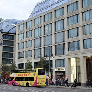 Enjoy your Berlin Sightseeing Tour. Explore the sights at Stop DomAquarée.